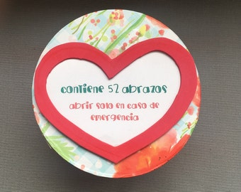 Box gift cardboard, red hearts and messages of encouragement, personalized gift and original, gift box round