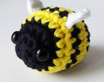 Kawaii bee amigurumi bagcharm | bee plush keyring | amigurumi bee keychain | crocheted bee toy | kawaii bag charm
