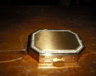 Avons compact is new with no box. It is rectangular with simulated diamonds.
