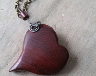 Beautiful necklace with a beautiful heart (Brillentine) hand carved wooden. Necklace with a fabulous handcrafted heart. Unique.