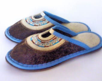Women's felt Slippers, closed toe made in Russia, 100% wool blue.
