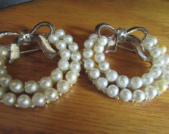 2 pearl wreath brooches