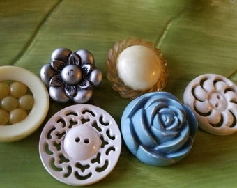 Vintage Buttons - Cottage chic  6 large sweet assorted flower designs old and sweet(fe547 17)