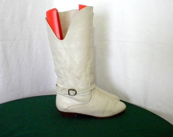 Sz 7.5 Vintage tall cream leather 1980s Women flat riding boots with wrap around strap and buckle.