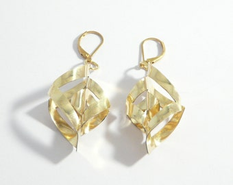 Earrings with swirls