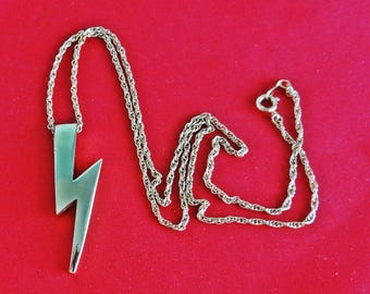 """Vintage 20"""" gold tone necklace w 2"""" attached lightening bolt pendant in great condition, appears unworn"""