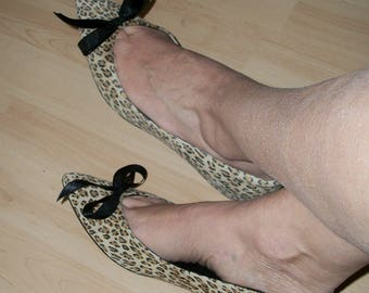 1990s Vintage Leopard Suede Kitten Heels Toe Cleavage Little Black Bows Size 9M Mint Cond Made in USA