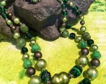 Retro 50's green tones beaded necklace