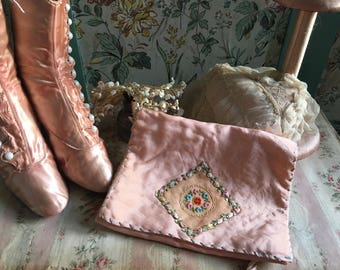Vintage Shabby Chic Pink Satin & Lace Ribbon Work Ribbonwork Embroidered Hanky Delicates Linen Holder Q133
