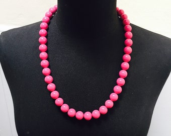 Vintage 1960s/1970s Bright Pink Plastic Graduated Beaded Necklace