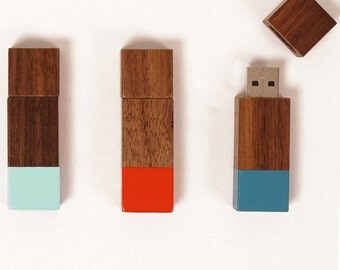 16GB walnut flash drive with colorblock detail | ECHO