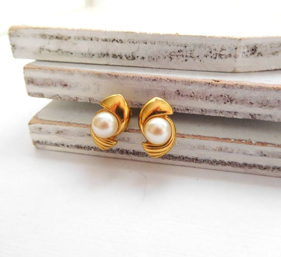 Vintage Monet White Faux Pearl Gold Tone Mod Swirl Stud Earrings Q27