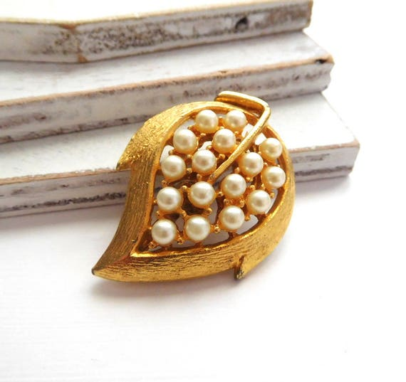 Vintage Textured Gold Tone White Faux Pearl Autumn Leaf Brooch Pin Jewelry