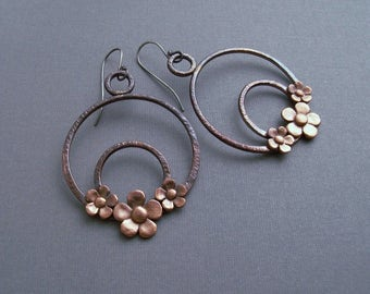 Copper hoop earrings with flowers, copper jewelry, handmade hoop earrings, copper jewelry, dangle earrings, earings with copper flowers