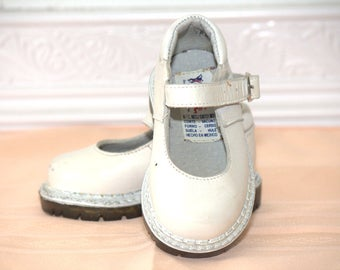 Vintage white Mary Jane shoes, mary janes, vintage shoes, vintage girl shoes, white shoes, sz 3