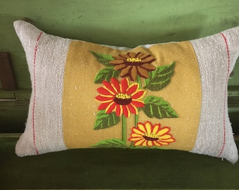 Retro Daisy Crewel Pillow Cover