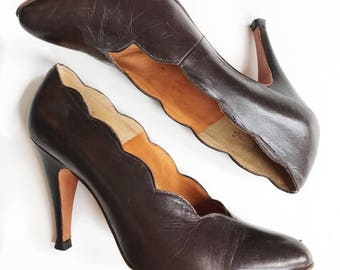 Gorgeous midcentury scalloped brown leather pin up pumps. Size 8/8.5.