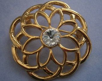 B984) A lovely retro vintage gold tone metal Celtic knot and rhinestone circular brooch