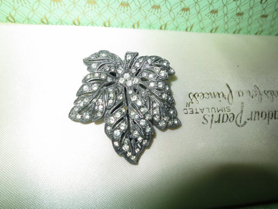 Lovely vintage 1940s silver metal rhinestone maple leaf dress clip