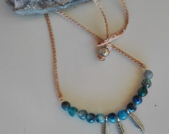 Choker blue agates. Macramé necklace with beads of blue agate faceted and feathers silver.Colgante gemoterapia agates blue