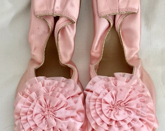 Vintage 1950s 60s New Old Stock Women's Bertlyn New York Pink Satin Slippers Size 7 - 7 1/2