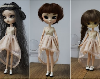 Beige asymetrical tulle dress, V-neck, by Atelier Milabrocc for 1/6 scale dolls Obitsu 27 Pullip Blythe Azone