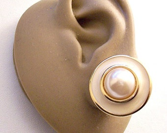 Erwin Pearl Beige White Bead Clip On Earrings Gold Tone Vintage Ring Striped Edge White Pads Pebbled Backs