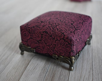 1:12 Scale Dolls House Miniature Furniture Gothic Classical Mini Ottoman in Black & Burgundy + Matching Throw Pillows for Dollhouse Room Box