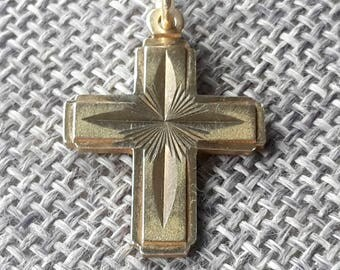 This is a beautiful quality vintage chunky 14ct / 14K yellow gold cross