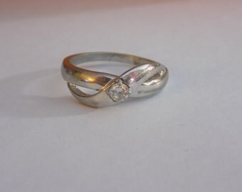 Nice sterling silver crossing  ring with small stone size 7