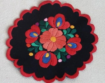 Hand embroidered doily with hand-fringed borders (MKDOI-TR-009)