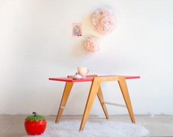 """Table basse vintage """"Charlotte aux Fraises"""" des années 50 en hêtre massif et placage chêne, pieds compas, revisitée en rouge et blanc"""