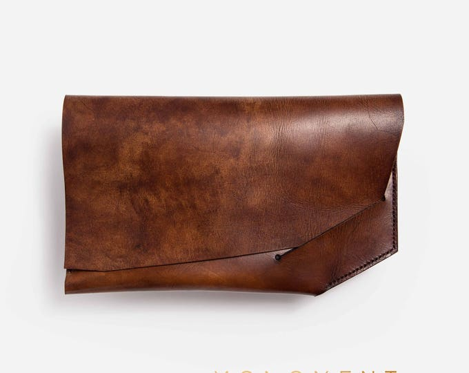 Leather clutch, or small purse. Hand stitched. Simple, basic and nice design in vegetable tanned leather. Modern and minimal