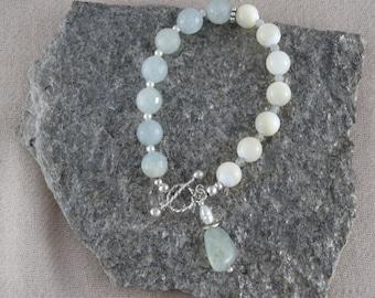 Aquamarine and mother of pearl bracelet - Handmade