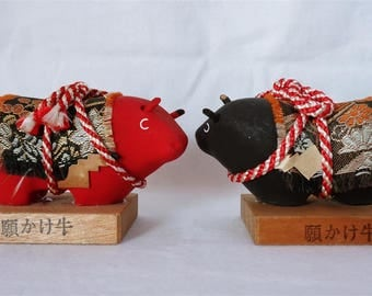 E0077 : Traditional Japanese folk art cows 2 figures