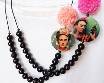 Frida necklace with black PomPoms petle