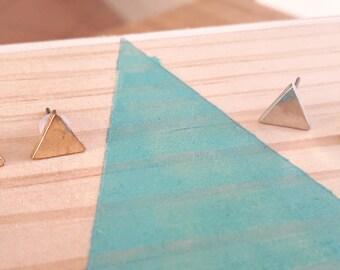 Boucles d'oreilles Triangle doré et argenté  | Joli bijou minimaliste 0,8 cm| Pucegéométrique 2017 | Cadeau mignon pour elle | Idée evjf