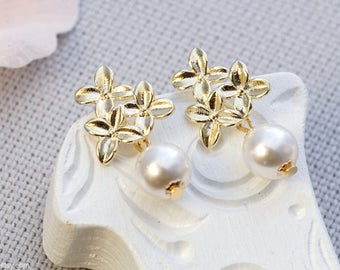 Tehani | Swarovski pearl and golden flowers | Floral dangle earrings with white pearl
