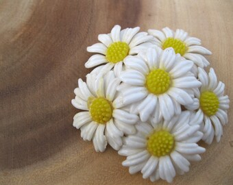 Vintage RETRO 60's Plastic Daisy Brooch Pin Flower Jewelry