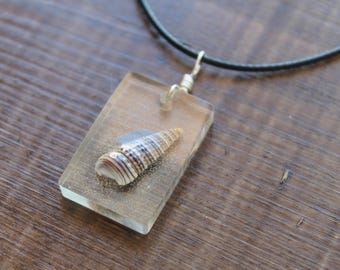 Necklace with pendant rectangular resin containing a real shell
