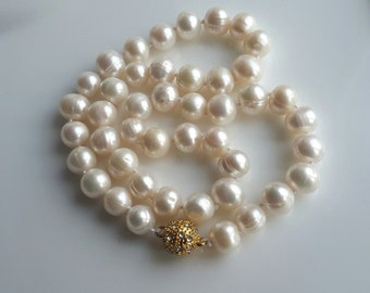 White freshwater cultured round pearl necklace with magnetic clasp