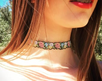 Romantic floral print chocker