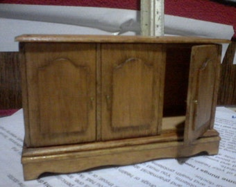 Cabinet with 3 doors that open and close