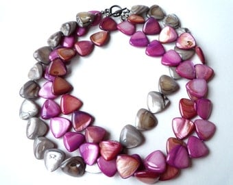 Three-string mother-of-pearl necklace and matching colour bracelet.