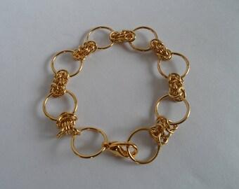Pulsera elaborada con aros bañados en oro. Tejido variante Bizantina.