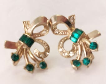 Signed vintage Coro gold tone iland faux emerald fleur-de-lis and rhinestone screw back bling bling earrings