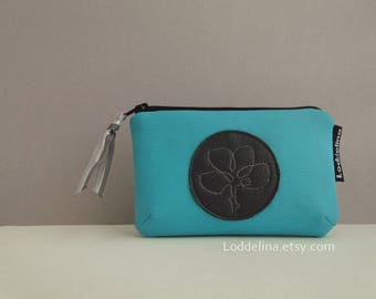 Card coin purse in vegan leather. Turquoise teal with flower embroidery