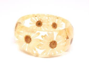 Size Medium Daisy Resin Bangle.  Pressed Daisies Bracelet.  Real Flowers - Pressed Daisies.  Handmade Resin Jewelry