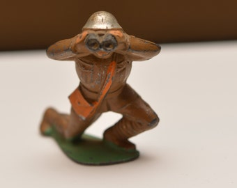 Manoil Barclay Toy Soldier WWII Doughboy  helmet with Field Glasses Binoculars kneeling