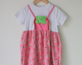 1980s The STRAWBERRY Girls Dress...size 6 7 8 girls...kids. girls. children. retro. fruit. strawberries. sundress. fruit. ruffles. picnic